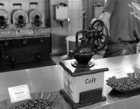 Gammalmodig manuell kaffekvarn Royaltyfria Foton