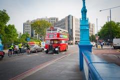Gammalmodig röd dubbeldäckarekrigstid London turnerar den turist- bussen royaltyfri fotografi