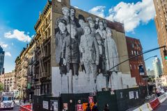 Gammalmodig väggmålning i staden arkivbild