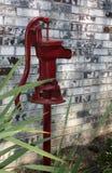 Gammalmodig väl pump för vatten Arkivbild
