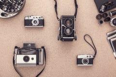 Gammalmodiga kameror på träkorktabellen i temörkrum ovanför sikt Fotografering för Bildbyråer