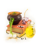 Gammalmodiga kokböcker och nya ingredienser på vit Royaltyfri Fotografi
