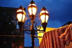 Gammalmodiga lampor mot den mörka himmelbakgrunden arkivfoton