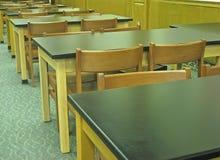 Gammalmodiga skrivbord och stolar. royaltyfria bilder