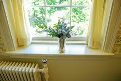 Gammalmodigt badrum för blommavas royaltyfri bild