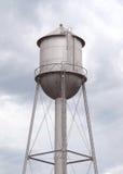 Gammalmodigt grått metallvattentorn Fotografering för Bildbyråer