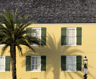 Gammalmodigt gult hus i helgonet Augustine Florida Arkivbilder