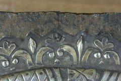 gammalmodigt spika på symbolen återställande av metall fotografering för bildbyråer