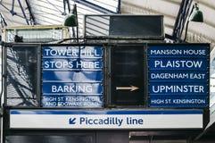 Gammalmodigt tecken på den London tunnelbanan på stationen för domstol för greve` som s pekar in mot destinationer inom det Londo royaltyfri bild