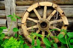 Gammalmodigt vagn-hjul. Arkivfoton