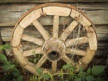 Gammalmodigt vagn-hjul. Arkivfoto