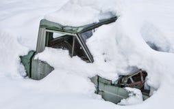 Gammalt åka lastbil begravt i snow royaltyfri foto