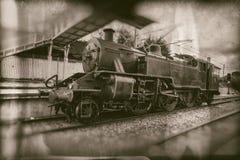 Gammalt ångadrev, tappninglokomotiv på drevstationen - retro fotografi royaltyfri fotografi