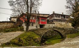 Gammalt Тraditional bulgarian hus i Koprivshtica, Bulgarien Royaltyfria Foton