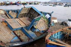 Gammalt öppet fartyg som är till salu på kustframdel på Chimbote, Peru Royaltyfria Foton