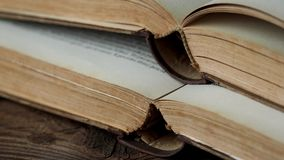 Gammalt öppna böcker stock video