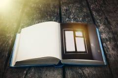 Gammalt öppna boken på en trätabell Tappningsammansättning forntida arkiv Antik litteratur Sagolik atmosfär arkivbild