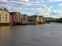 gammalt över flodtownen trondheim Royaltyfri Foto