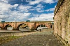 Gammalt överbrygga över flodTweed i Skottland Arkivbild