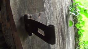 Gammalt övergett dörrskåp, för hänglåset stock video