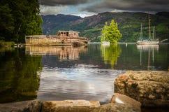 Gammalt övergett fartyg på den skvalpa Loch Ness sjön Royaltyfri Foto