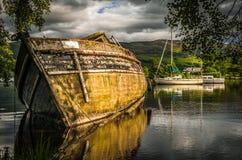 Gammalt övergett fartyg på den skvalpa Loch Ness sjön i Skottland Arkivbild