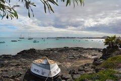 Gammalt övergett fartyg på den steniga kusten av Corralejo fuerteventura spain royaltyfri foto