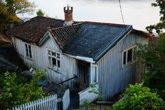 Gammalt övergett grå färghus, Norge Royaltyfria Bilder
