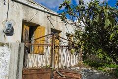 Gammalt övergett hus i den traditionella byn Chamaitoulo, Kreta, Grekland Royaltyfria Bilder