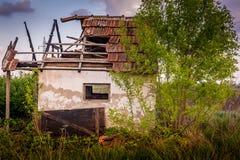 Gammalt övergett hus i fältet Arkivbild