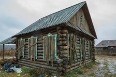 Gammalt övergett hus i gammal by Royaltyfri Bild
