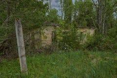 Gammalt övergett hus i trän Arkivfoto