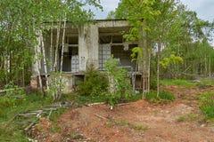 Gammalt övergett hus i trän Arkivbild