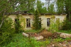Gammalt övergett hus i trän Royaltyfri Bild