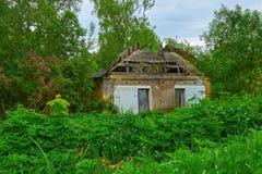 Gammalt övergett hus i trän Arkivbilder