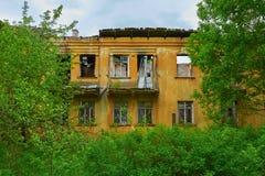 Gammalt övergett hus i trän Arkivfoton