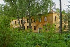 Gammalt övergett hus i trän Royaltyfria Foton