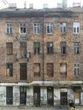 Gammalt övergett hus i Warszawa royaltyfria foton
