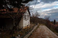 Gammalt övergett hus på de bieautiful grekiska bergen arkivfoto