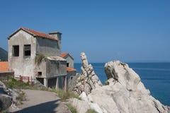 Gammalt övergett hus på ett hav Arkivbild