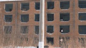 Gammalt övergett hus utan fönster arkivfilmer