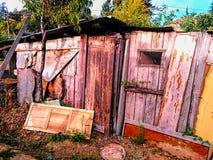 Gammalt övergett kusligt trähus fotografering för bildbyråer