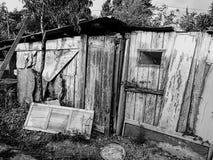 Gammalt övergett kusligt trähus i svartvitt foto royaltyfria bilder