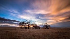 Gammalt övergett lantbrukarhem på solnedgången Fotografering för Bildbyråer