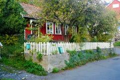 Gammalt övergett rött hus, Norge Arkivbild