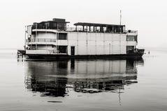Gammalt övergett skepp på sjön Arkivbilder