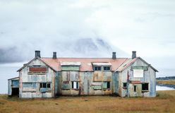 Gammalt övergett spökat hus Fördärva på en fjord i Island royaltyfria foton