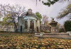 Gammalt övergett spökat hus Stupad lövverk royaltyfri fotografi