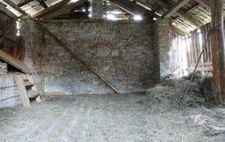 gammalt övergett stall i nordliga Italien Royaltyfri Foto