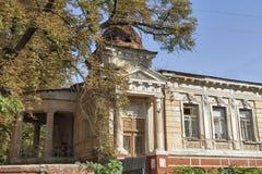 Gammalt övergett stenhus som byggs i det 18th århundradet Arkivfoto